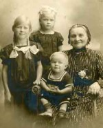 Kirsten Ibsen and her Grandchildren